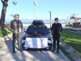 Koronavirüse dikkat çekmek için otomobile maske taktı